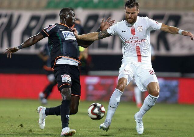 Ziraat Türkiye Kupası yarı final rövanş maçında Aytemiz Alanyaspor ile Fraport TAV Antalyaspor, Bahçeşehir Okulları Stadı'nda karşı karşıya geldi.Antalyaspor oyuncusu Ondrej Celustka (sağda) bir pozisyonda rakibiyle mücadele etti.