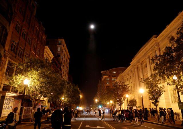 Washington DC'deki olaylı protestoları havadan izleyenUlusal Muhafızlara bağlı askeri helikopter