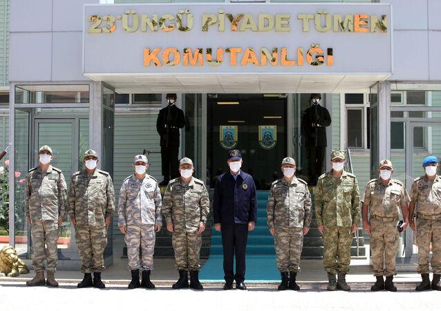 Milli Savunma Bakanı Hulusi Akar ve Türk Silahlı Kuvvetleri'nin komuta kademesi, Pençe-Kaplan Operasyonu'nun sevk ve idare edildiği sınır hattındaki harekat merkezinde başarıyla süren harekatı takip ediyor.