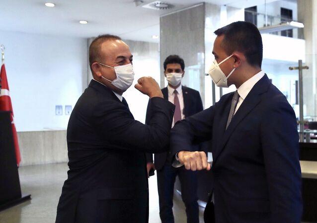 Türkiye Dışişleri Bakanı Mevlut Çavuşoğlu ve İtalya Dışişleri Bakanı Luigi Di Maio birbirlerine dirsek selamı  verdiler.