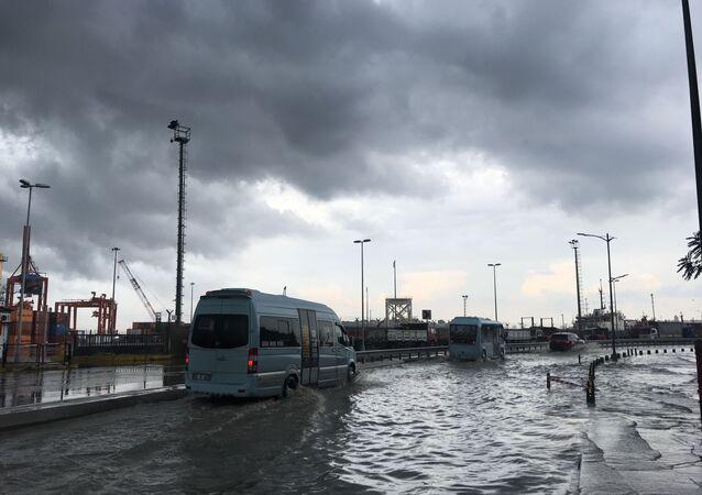Üsküdar'da Harem Sahil Yolu sağanak nedeniyle göle döndü