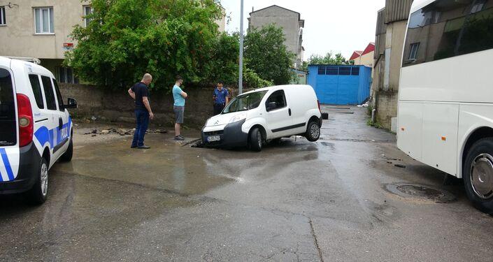 Pendik'te bir araç suda sürüklenerek yol üzerinde oluşan çöküntüye saplandı
