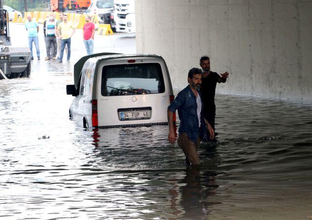 Pendik Güzelyalı Mahallesi'ndeki bir köprünün altında oluşan su birikintisinde kalan araç, itfaiye ve vatandaşlar tarafından kurtarıldı.