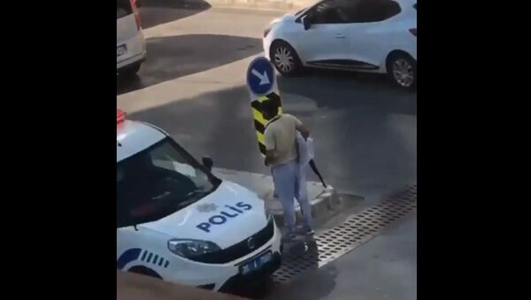 İzmir'in Buca ilçesinde, bir vatandaş tarafından cep telefonu ile çekildiği ileri sürülen görüntülerde, bir kişi elinde pompalı tüfekle cadde üzerinde gezinirken, yanında geçen polis aracına dahi aldırış etmedi. - Sputnik Türkiye