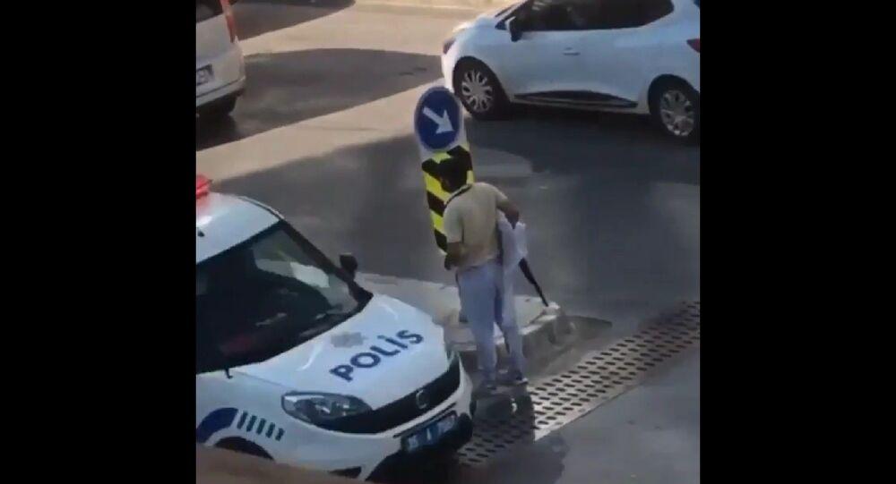 İzmir'in Buca ilçesinde, bir vatandaş tarafından cep telefonu ile çekildiği ileri sürülen görüntülerde, bir kişi elinde pompalı tüfekle cadde üzerinde gezinirken, yanında geçen polis aracına dahi aldırış etmedi.