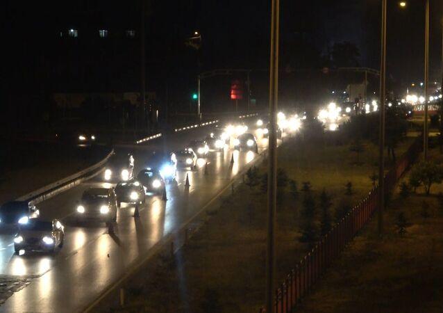 Ulaşımda 43 ilin geçiş güzergahındaki Kırıkkale'de yer alan 'kilit kavşak'ta yaşanan trafik yoğunluğu havadan görüntülendi.