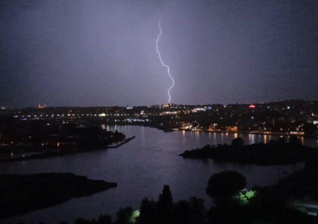 İstanbul'da etkisini gösteren yağışla birlikte ardı ardına çakan şimşekler adeta geceyi gündüze çevirdi.