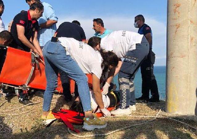 Adana'nın Yumurtalık ilçesinde, deniz kenarındaki uçurumda selfie çekmeye çalışırken dengesini kaybeden Dilara Ayağa (16), yaklaşık 30 metre yükseklikten yuvarlandı.