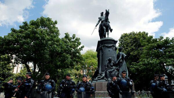 Fransa'nın Lille kentinde düzenlenen gösteride yüzlerce kişisömürge valisi Louis Faidherbe'in heykelinin kaldırılmasını talep etti. - Sputnik Türkiye