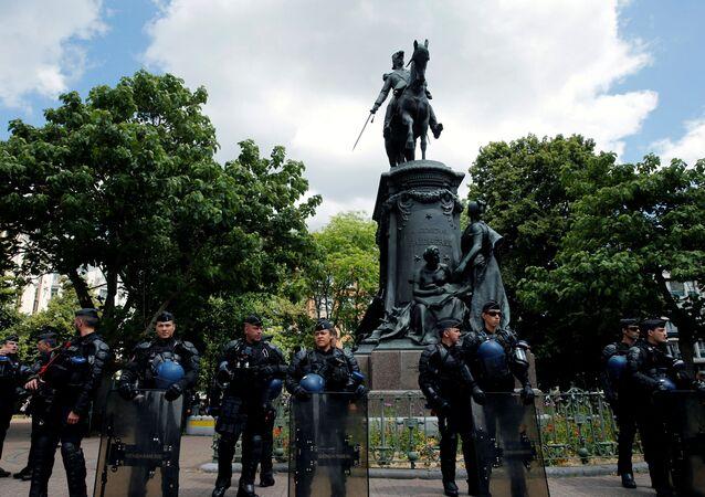 Fransa'nın Lille kentinde düzenlenen gösteride yüzlerce kişisömürge valisi Louis Faidherbe'in heykelinin kaldırılmasını talep etti.