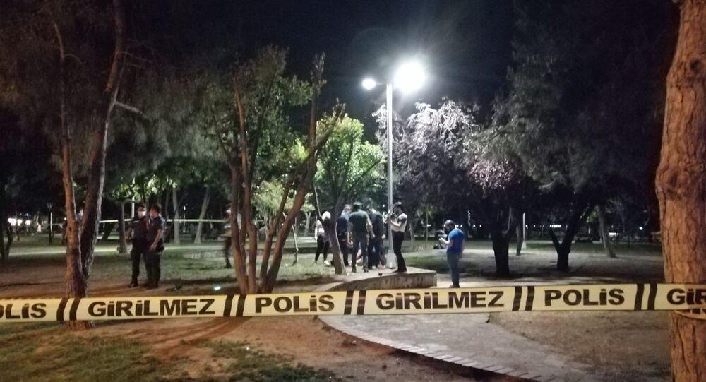 Kadıköy, Kalamış Parkı'nda gece saatlerinde evlilik teklifi ederken kendilerini iki grubun kavgasının ortasında bulan grup, kabusu yaşadı. Parktan art arda duyulan silah sesleri polis ekiplerini harekete geçirdi.