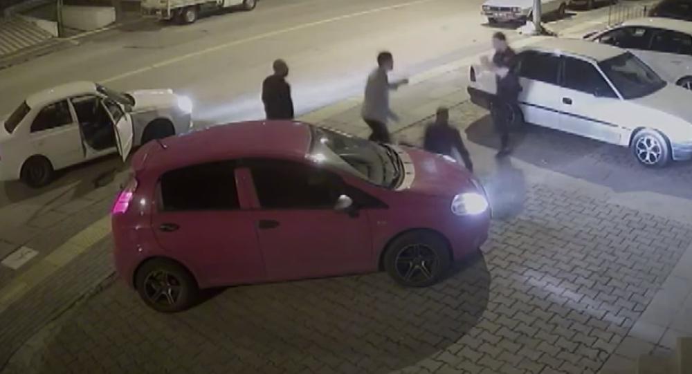 Trafikte kendisine saldıran 3 kişiyi 30 saniyede yere serdi: Dövme ...