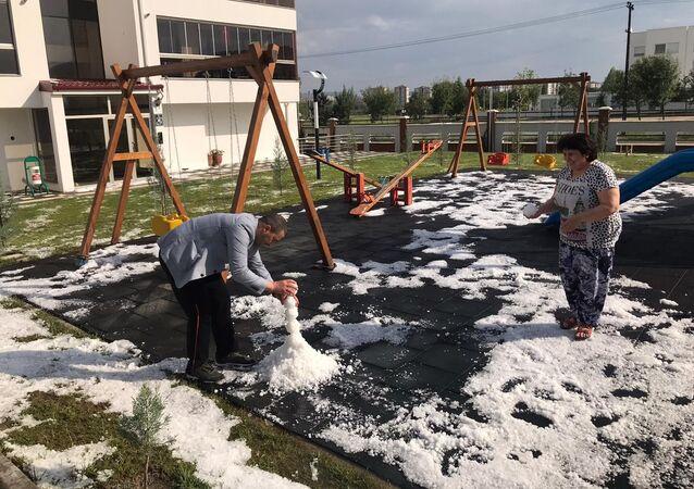 Eskişehir'de yaz ortasında aniden bastıran dolu yağışı, şehrin üstünde adeta beyaz bir örtü oluşturdu. Yağışın ardından bahçelerine inen vatandaşlar, dolu taneleri ile kardan adam yapmaya çalıştı.