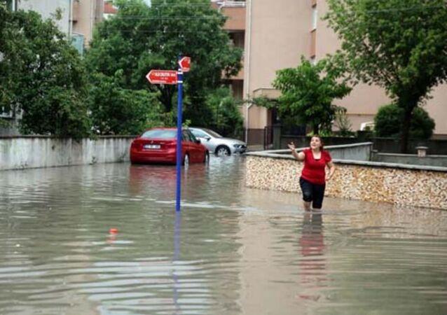 Edirne'de, sağanak nedeniyle yoğun su birikintisinin oluştuğu yolda çökme meydana geldi.