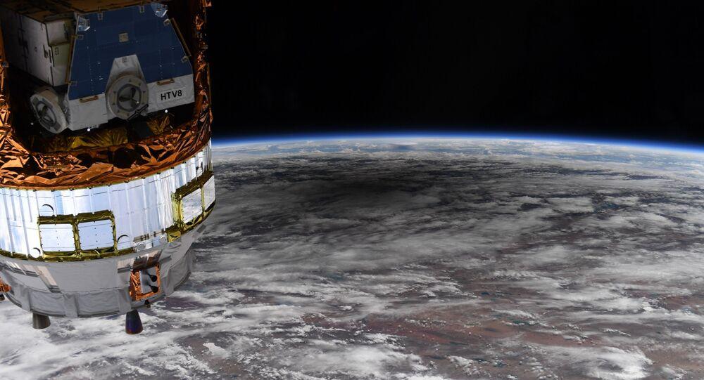 NASA astronotu Christopher Cassidy, Uluslararası Uzay İstasyonu'ndan (UUİ) halkalı Güneş tutulmasının Dünya'nın yüzeyinde oluşturduğu gölgeyi görüntüledi.