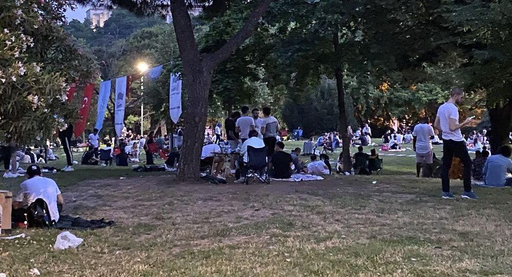 Maçka Parkı'nda vatandaşlar dans edip, doğum günü kutladılar