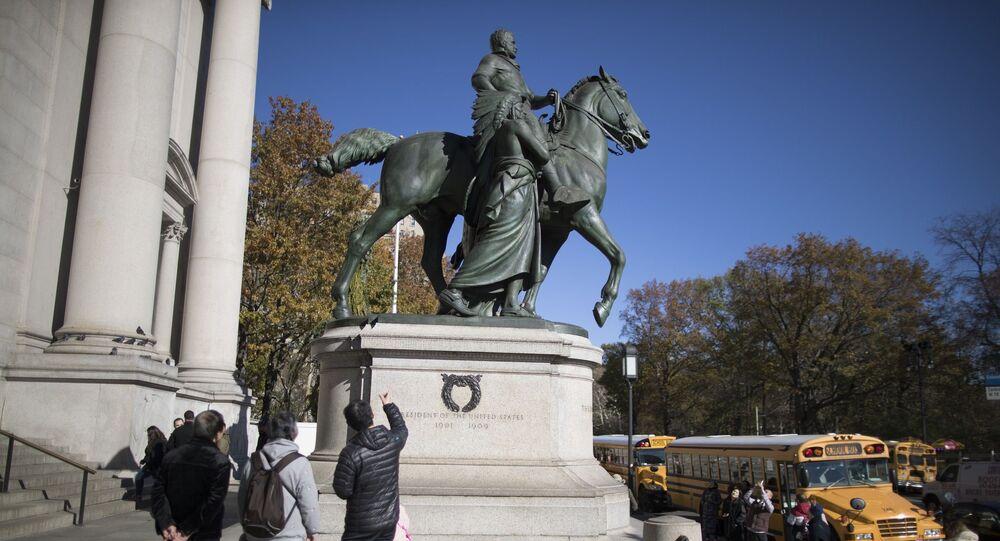 Amerikan Doğa Tarihi Müzesi önündeki Theodore Roosevelt heykeli