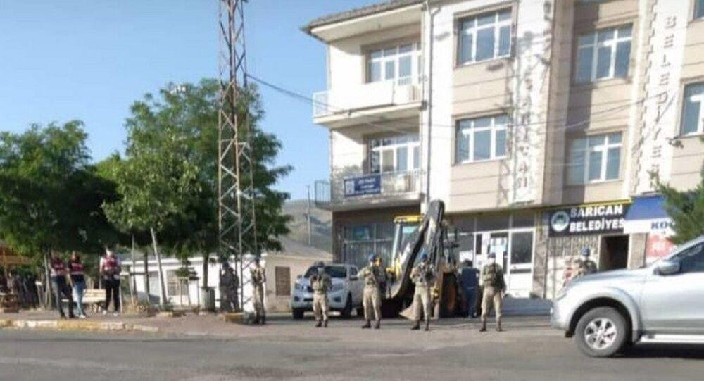 Elazığ'da polis ve jandarmanın ortak çalıştığı terör soruşturması kapsamında Sarıcan Belde Belediyesi'nin HDP'li Başkanı Bekir Polat ile sözde eşbaşkan Canan Tağtekin ile birlikte 1 şüpheli daha gözaltına alındı.