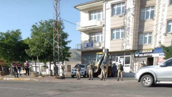 Elazığ'da polis ve jandarmanın ortak çalıştığı terör soruşturması kapsamında Sarıcan Belde Belediyesi'nin HDP'li Başkanı Bekir Polat ile sözde eşbaşkan Canan Tağtekin ile birlikte 1 şüpheli daha gözaltına alındı. - Sputnik Türkiye