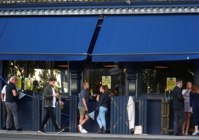 Koronavirüs önlemleri kapsamında Londra'da içeri almadan dışarıdan al-götür hizmeti veren bir pub