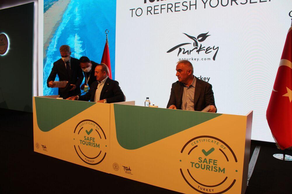 Programa katılan Dışişleri Bakanı Mevlüt Çavuşoğlu ve Kültür ve Turizm Bakanı Mehmet Nuri Ersoy.