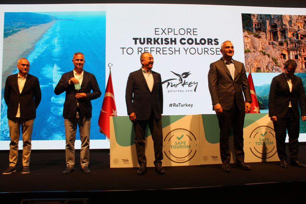 Dışişleri Bakanı Mevlüt Çavuşoğlu, Kültür ve Turizm Bakanı Mehmet Nuri Ersoy ve turizm sektörü temsilcileri ortak fotoğraf çekiminde.