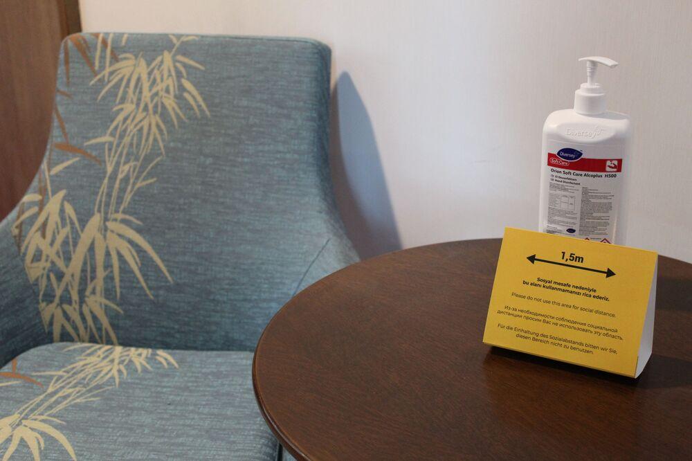 Sertifikasyonu alan bir otel'de yeni tatil sezonunda alınan koronavirüsle mücadele önlemleri.