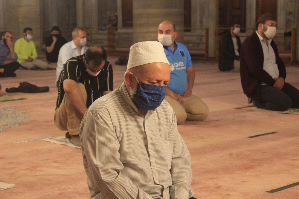 Namaz öncesinde Kur'an-ı Kerim okunurken bazı vatandaşların ağladığı görüldü.