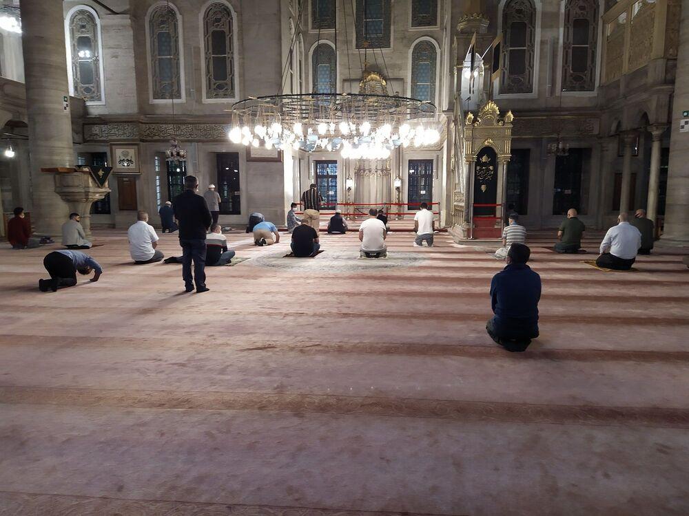 Vatandaşlar camilere maskeli ve evlerinden getirdikleri seccade ile sosyal mesafe kurallarına uyarak girdi.