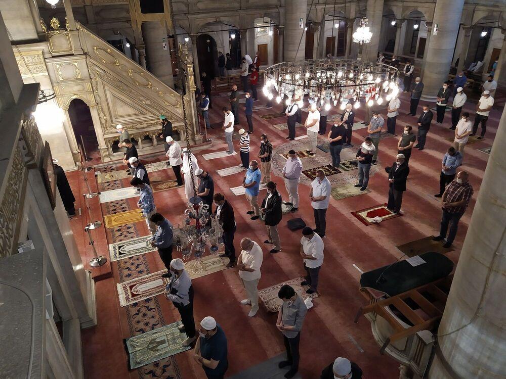 Erbaş'ın sosyal medya hesabından yaptığı açıklamanın ardından İstanbul'daki camiler, sabah namazı için Kovid-19 tedbirleri alınarak ibadete hazır hale getirildi.