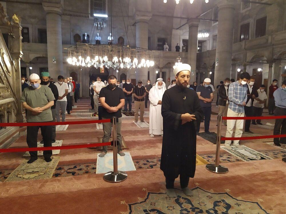 Diyanet İşleri Başkanı Ali Erbaş'ın, maske ve mesafe kurallarına uyularak tüm vakit namazlarının camilerde cemaatle kılınabileceğini açıklamasının ardından, İstanbul'da ilk sabah namazı kılındı.