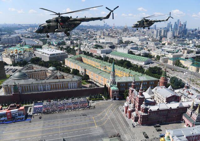 Kızıl Meydan'daki askeri geçit töreni.