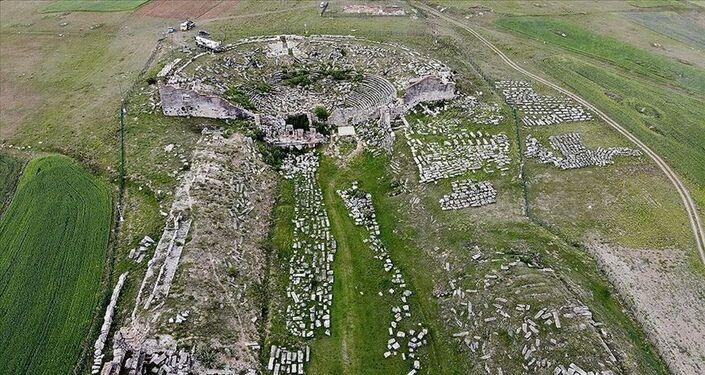 Kütahya il merkezine 57 kilometre uzaklıkta yer alan ve Frigya'ya bağlı Aizanitislerin ana yerleşim merkezlerinden biri kabul edilen Aizanoi kent alanının, milattan önce 3000'li yıllardan itibaren kullanıldığı tahmin ediliyor.