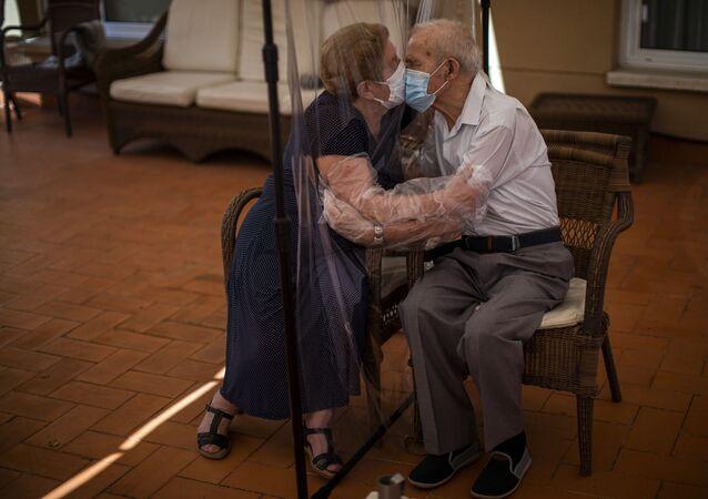 İspanya'da bakımevinde yaşayan Pascual Perez ile 102 gün boyunca ayrı kalan eşi Agustina Canamero