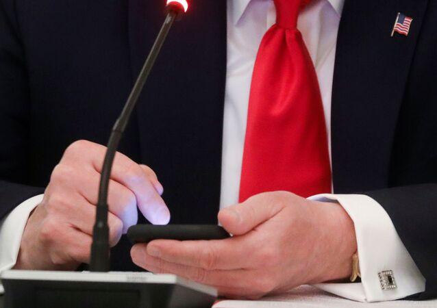 Donald Trump, cep telefonuna dokunuyor