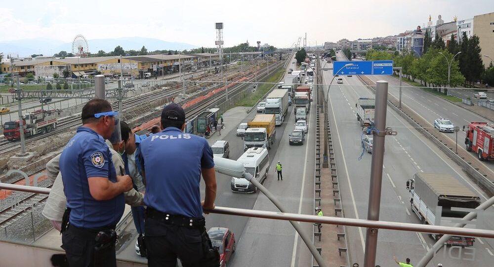 Üst geçitte intihara kalkışan adam D100 Karayolu'nu trafiğe kapattı