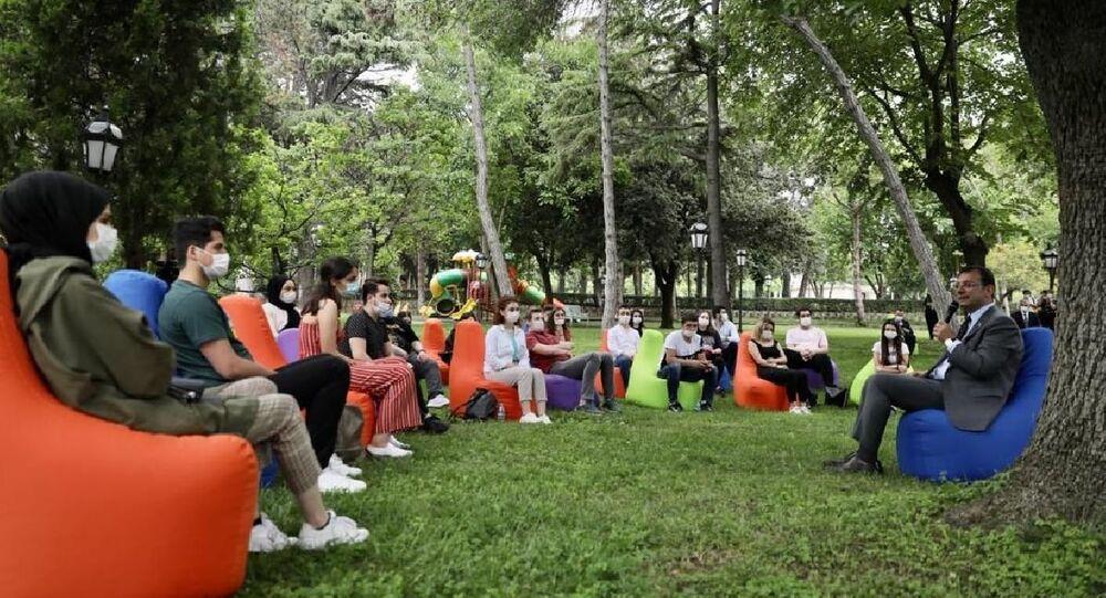 İBB Başkanı Ekrem İmamoğlu, 27-28 Haziran tarihlerinde YKS'ye girecek 30 öğrenciyle, Florya'daki Başkanlık Konutu'nda bir araya geldi.