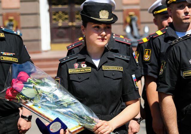 Rusya'da askeri geçit töreninde ayakkabısını düşüren 'Külkedisi' ödüllendirilecek