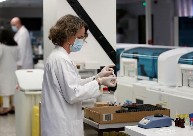 Fransa'da bir laboratuvarda koronavirüs seroloji testi çalışmaları