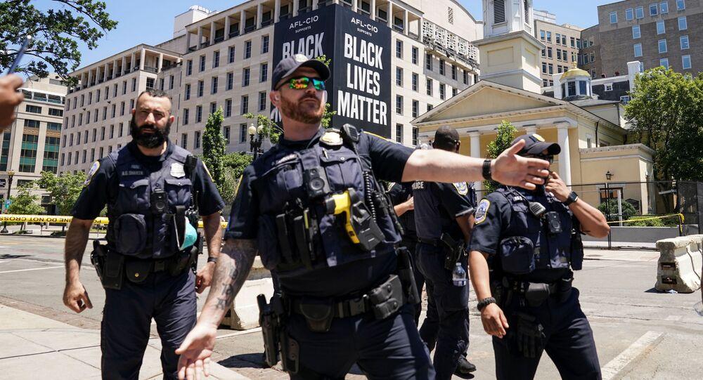 Washington DC'de Beyaz Saray yakınında 'Black Lives Matter' pankartı önünde polisler