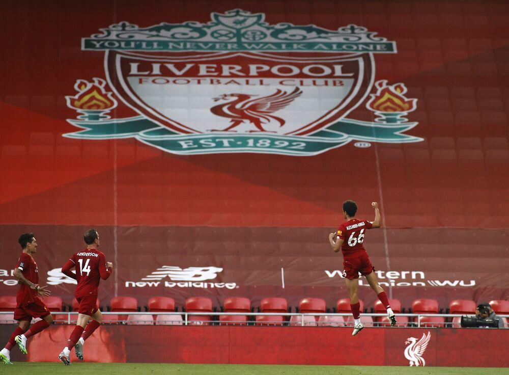 Bu sezon 25. hafta sonunda en yakın takipçisiyle arasındaki farkı 22 puana çıkararak İngiltere ligi rekoru kıran Liverpool, 29. haftayı maç fazlasıyla da olsa 25 puan önde kapatarak bir başka ilke daha imza atmıştı. 28 galibiyet, 2 beraberlik ve 1 mağlubiyeti bulunan Liverpool, Josep Guardiola yönetiminde son iki sezonu 32 galibiyetle kapatan Manchester City'nin bu rekorunu da kırmaya aday.