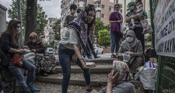 Kimi öğrenciler dua ettikten sonra vatandaşlara şeker dağıttı.