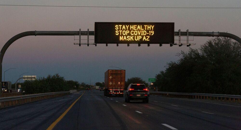 ABD'de Arizona'daki eyaletlerarası otoyola kurulan ekrandan Sağlıklı kal, Kovid-19'u durdur, maske tak Arizona yazısı geçerken