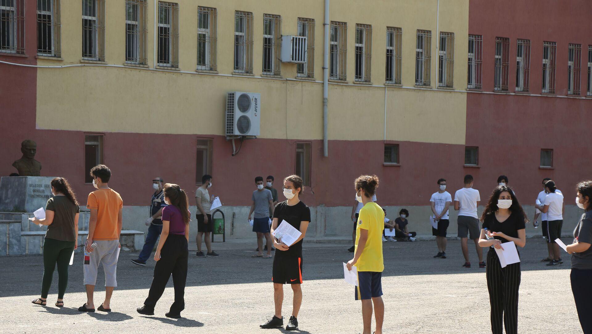 YKS manzaraları: Öğrenciler içeride ter döktü, veliler dışarıda dua etti - Sputnik Türkiye, 1920, 28.07.2021
