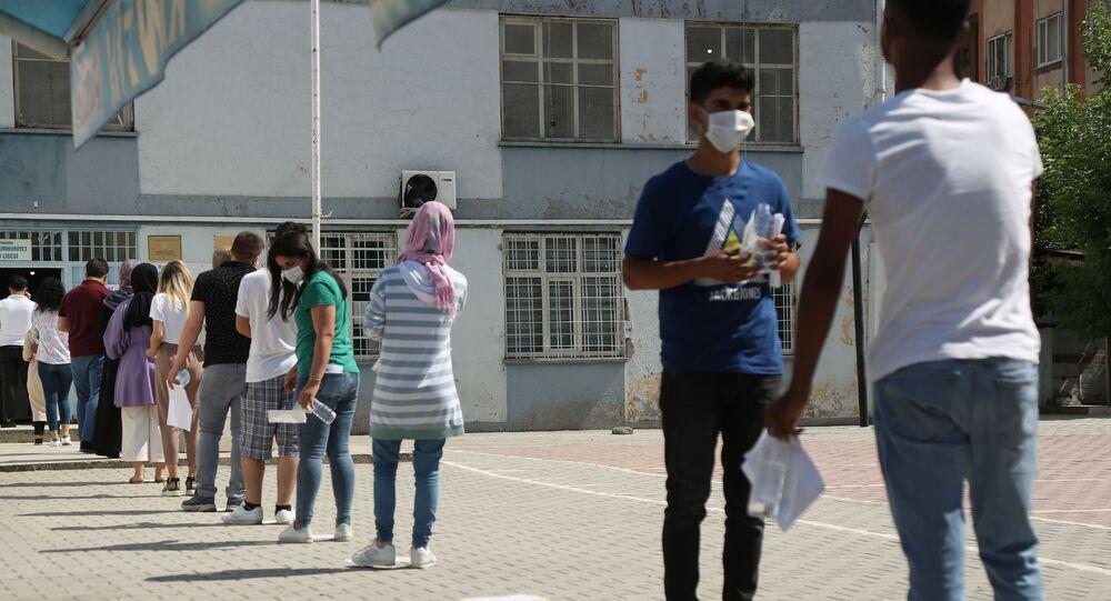 YKS manzaraları: Öğrenciler içeride ter döktü, veliler dışarıda dua etti