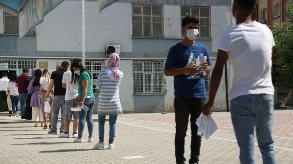YKS manzaraları: Öğrenciler içeride ter döktü, veliler dışarıda dua etti - Sputnik Türkiye
