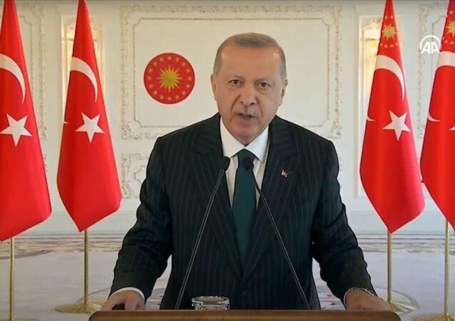Cumhurbaşkanı Erdoğan, video konferans yöntemiyle katıldığı ''Ergene Çevre Koruma Projesi, Derin Deşarj Hattı B Tüneli Işık Göründü Merasimi''nde konuşuyor.