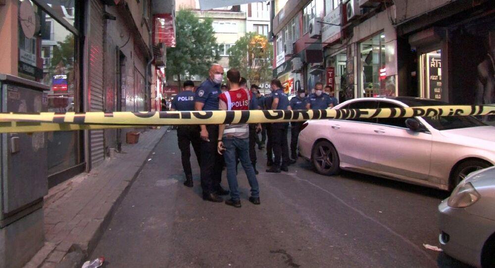 Kağıthane'de motosikletli bir saldırgan spor merkezi önünde dehşet saçtı. Rastgele sıkılan kurşunlar sonucu 1'i çocuk 3 kişi yaralandı.