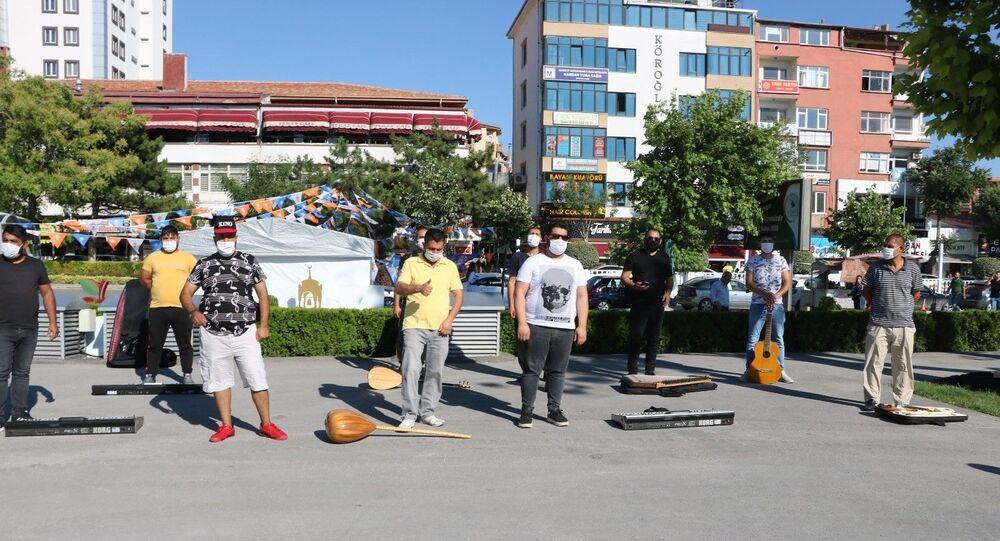 Niğde'de koronavirüs nedeniyle çalışamayan bir grup müzisyen, enstrümanlarını yere bırakarak eylem yaptı.