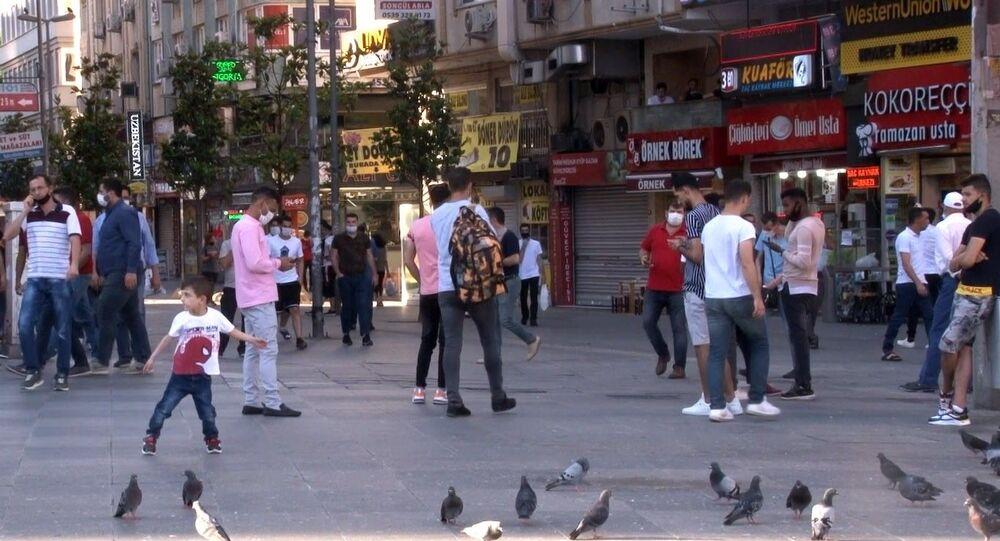 İstanbul'da YKS nedeniyle uygulanan sokağa çıkma kısıtlamasının sona ermesiyle vatandaşlar sokağa çıktı.